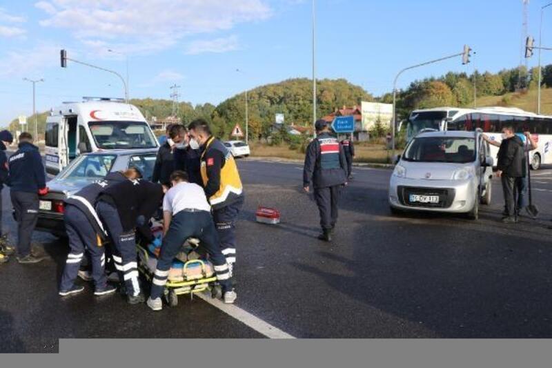 Hafif ticari araçla çarpışan otomobilin sürücüsü yaralandı