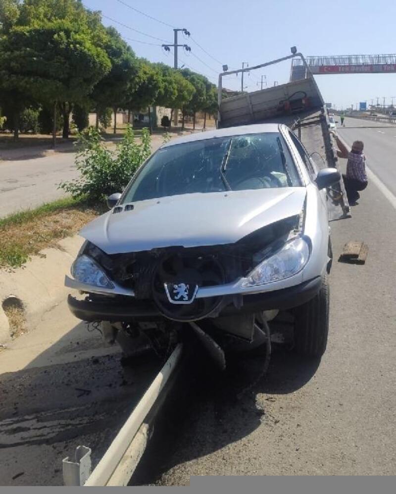 Aracında düşürdüğü maskesini almak isterken kaza yaptı
