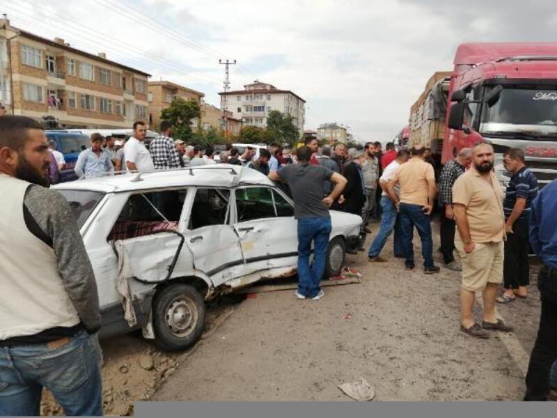 Kayseri'de TIR ile otomobilin çarpıştığı kaza güvenlik kamerasında