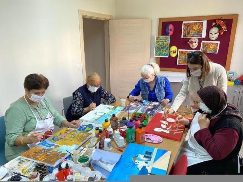 Yaşlı Yaşam Merkezi'nde ebru ve resim öğreniyorlar