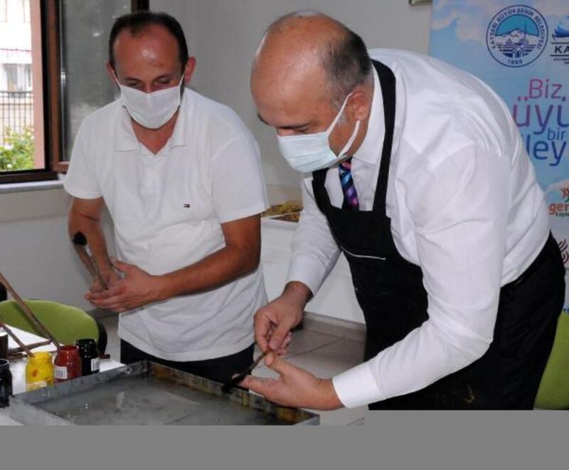 Pandemi servisinde görev yapan sağlık çalışanları, ebru yaparak stres atıyor