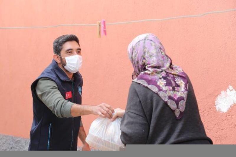 Aksaray Belediyesi ihtiyaç sahiplerine sıcak yemek dağıtımı yapıyor