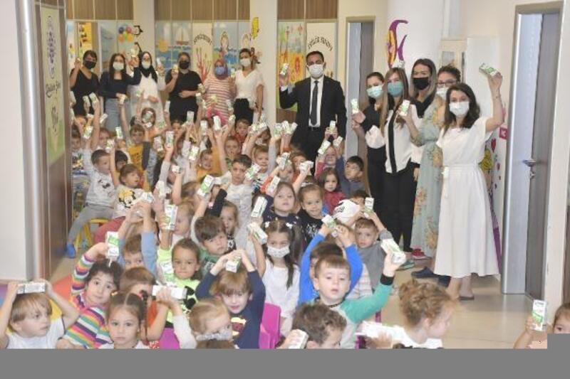 Belediye Başkanı Erdoğan'dan minik öğrencileresüt ikramı