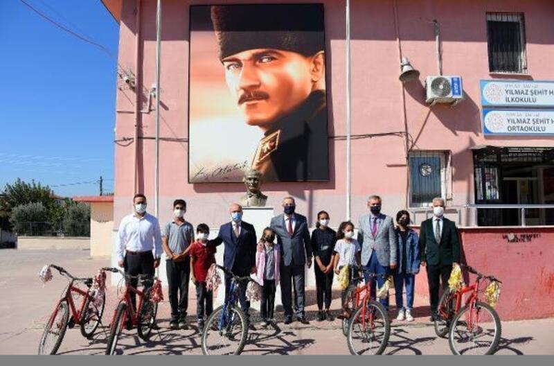 Manisa'da aileleri aşı oldu, çocukları bisiklet kazandı
