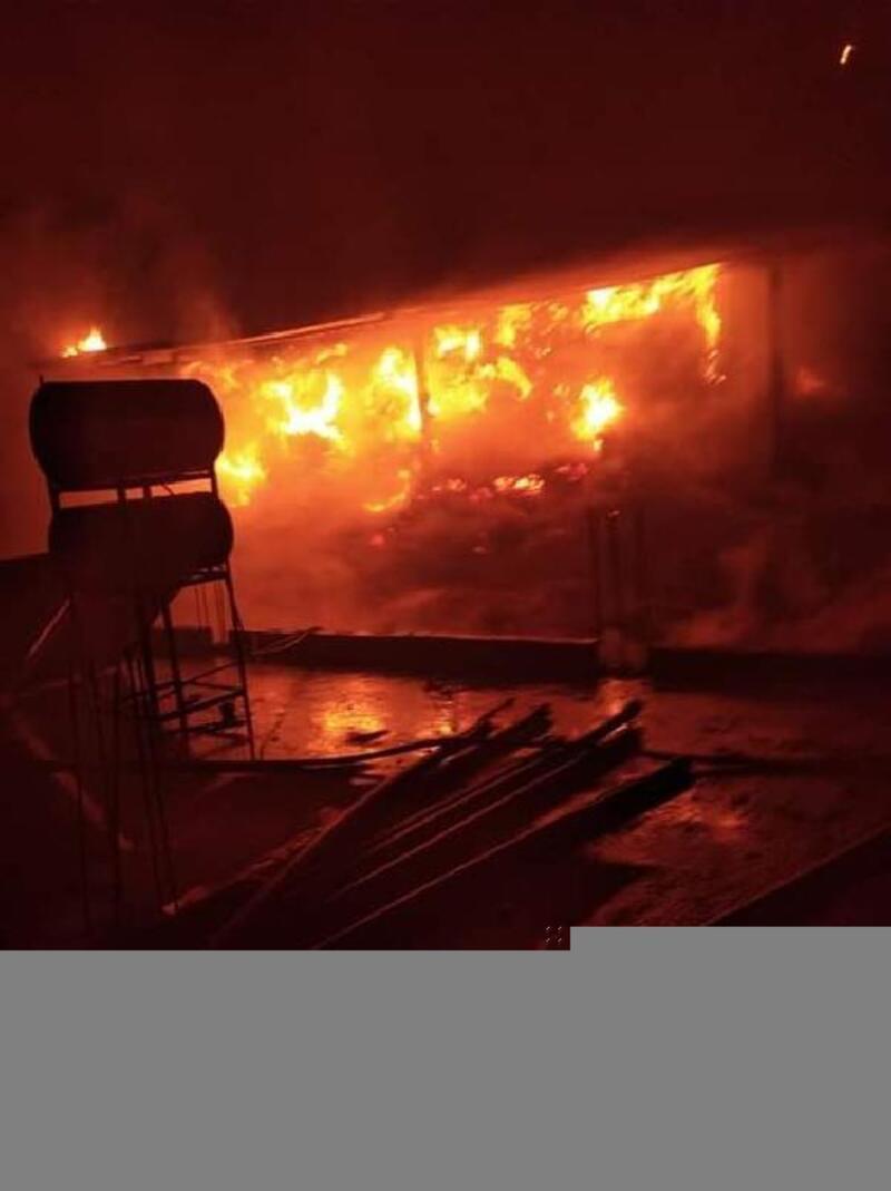 Adana'da besi çiftliğinde yangın; saman balyaları kül oldu