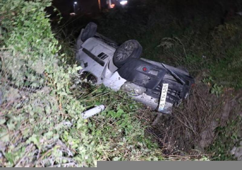 Hafif ticari araç su kanalına devrildi: 2 yaralı