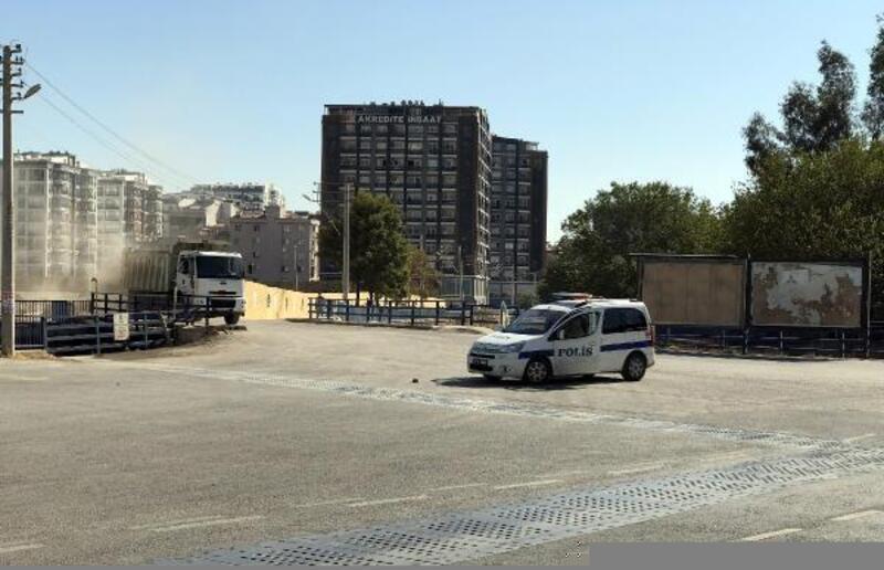 İzmir'de yol kesip otomobil kaçırdıkları iddia edilen şüpheliler aranıyor