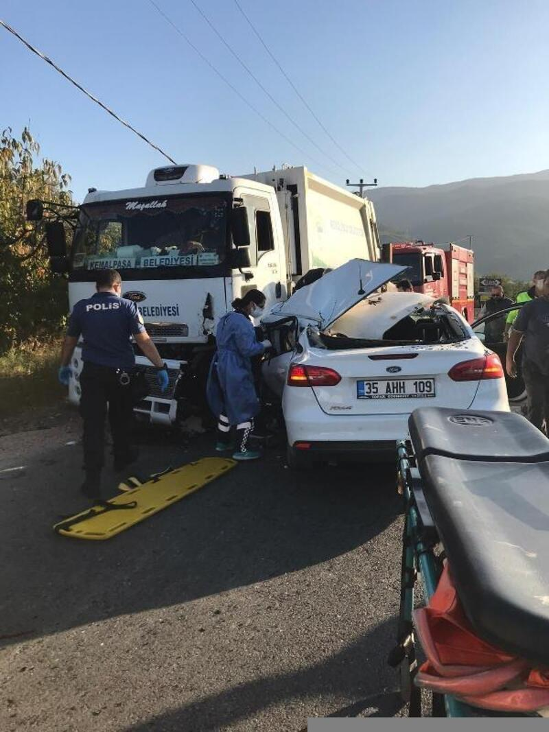 Kemalpaşa'da çöp kamyonu ile otomobil çarpıştı: 1 yaralı