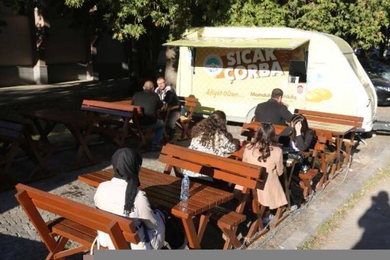 Büyükşehir'den üniversite öğrencilerine sıcak çorba ikramı