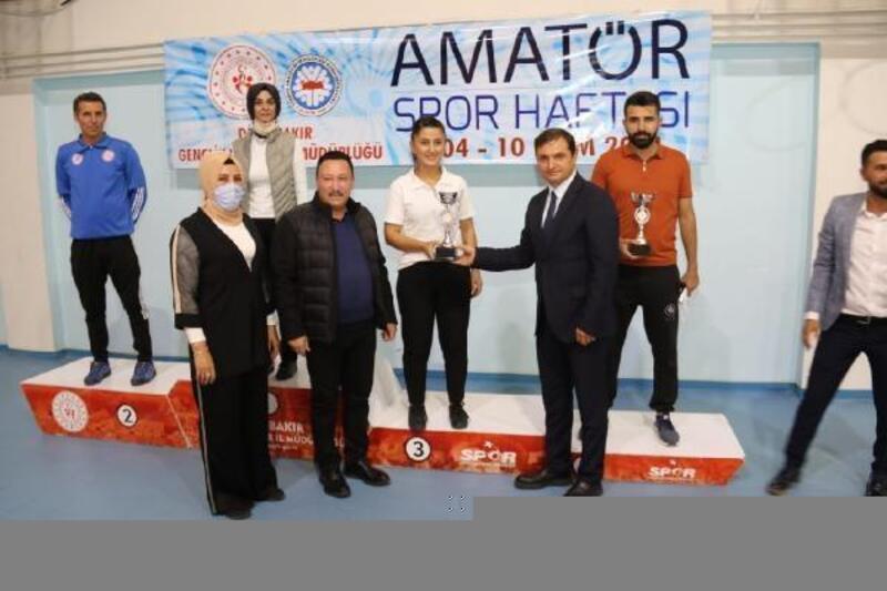 Karate şampiyonasında dereceye girenlere madalya verildi