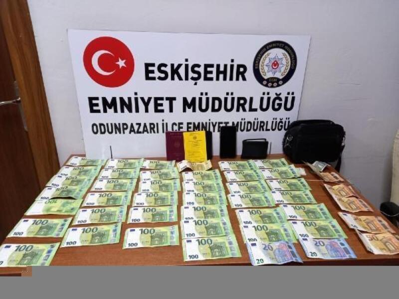 Yolda bulduğu para dolu çantayı polise teslim etti