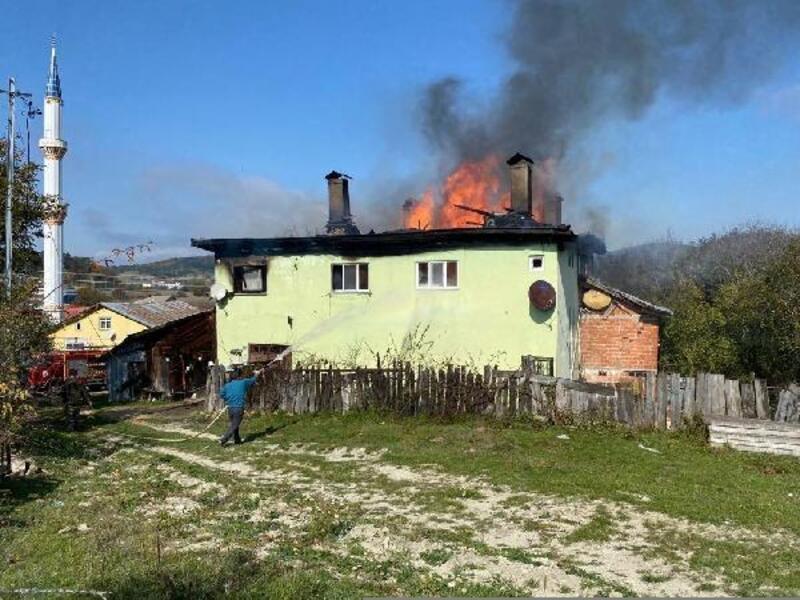 Karabük'te 2 katlı ev yandı