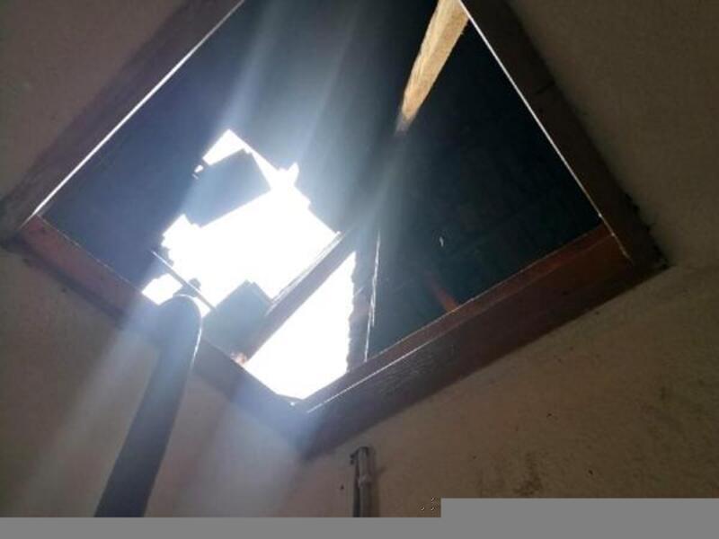 Manisa'da evin çatısında yıldırım düştü