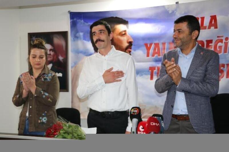 Tahliye edilen CHP Denizli İl Gençlik Kolları Başkanı partililerle buluştu