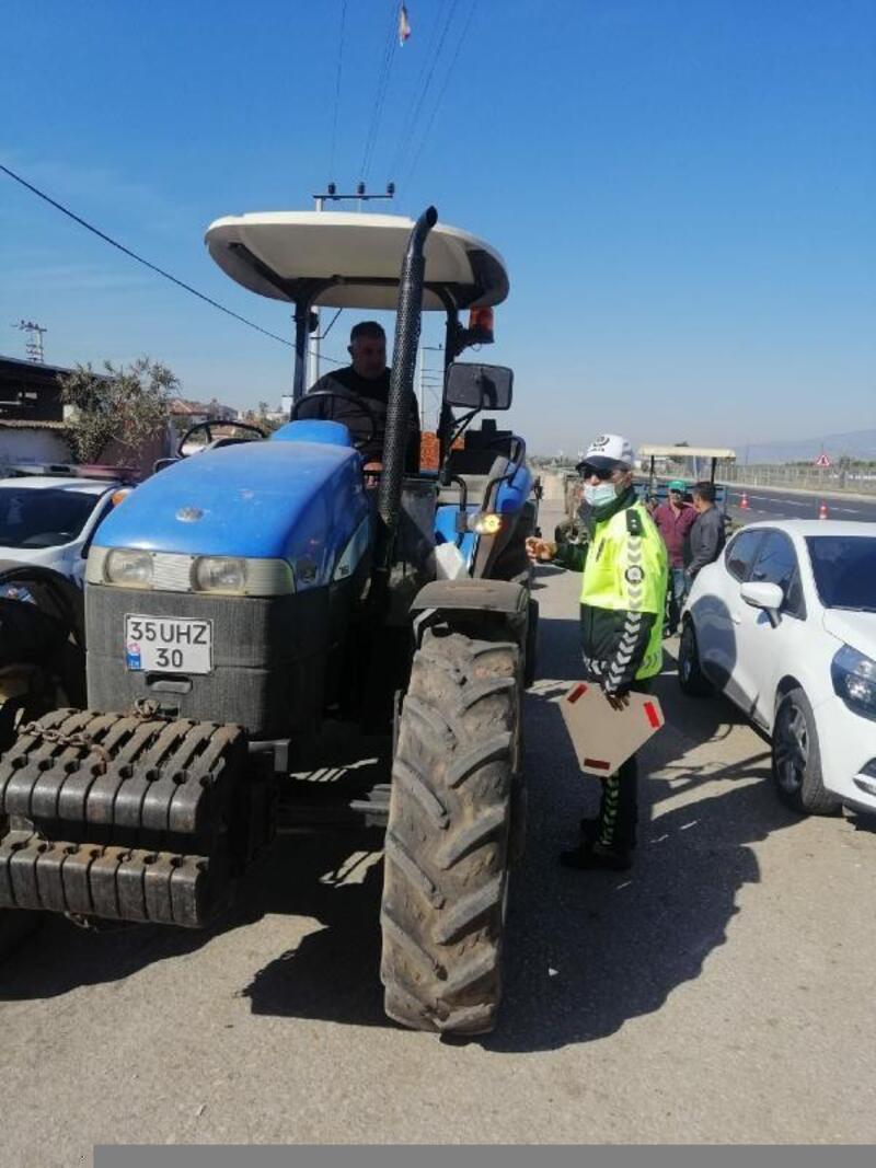 Salihli'de traktör sürücülerine reflektör dağıtıldı