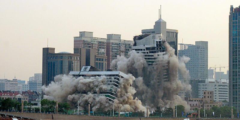 27 yıllık bina böyle yıkıldı