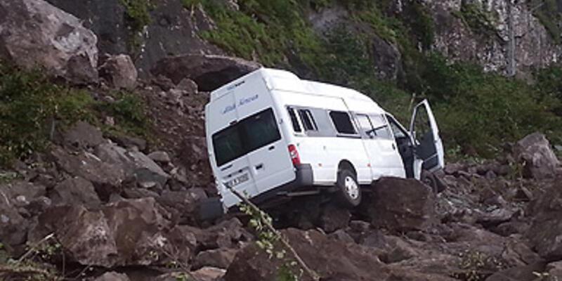 Dev kayalar minibüsü böyle devirdi...