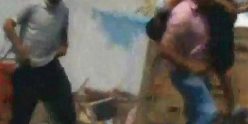 Yaralı taşıyan gösterici, sniperın hedefi oldu