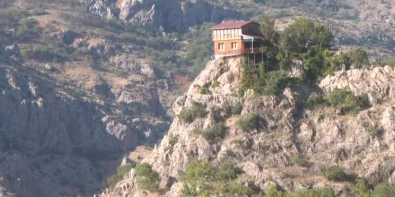 Dağ başındaki bu ev ilgi odağı...