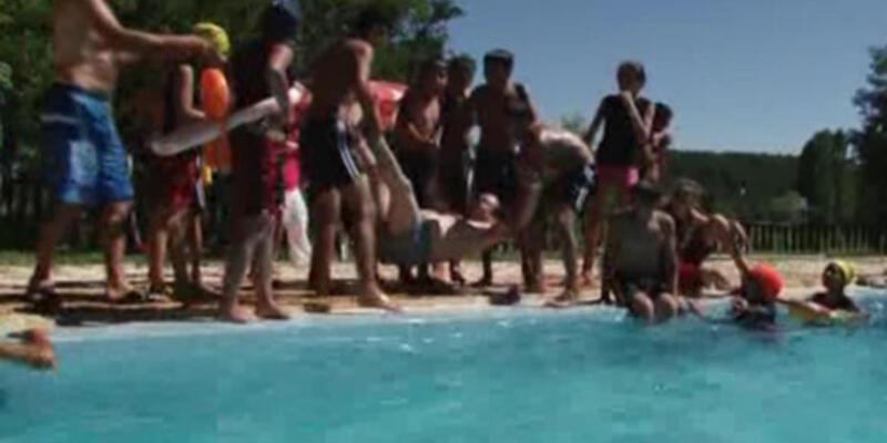 Baydemir'in çocuklarla havuz keyfi