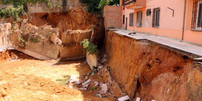 İşçiler çöken duvarın altında kaldı
