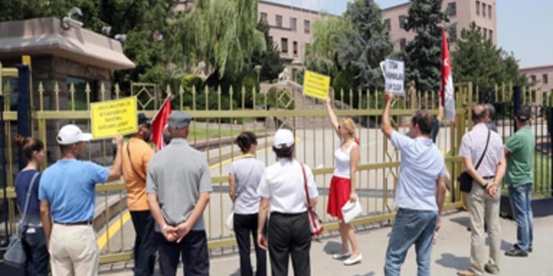 """Genelkurmay'ın önünde """"duran adam"""" eylemi"""