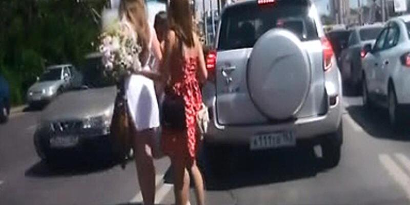 Kızlar trafiği birbirine kattı