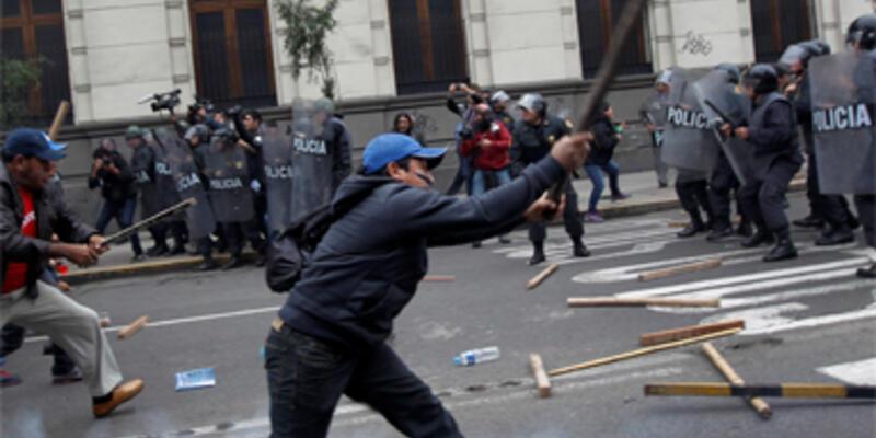 Peru'da öğrenciler sokağa döküldü