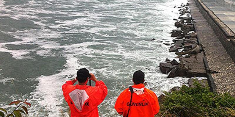 Karadeniz'in dev dalgaları iki genci yuttu