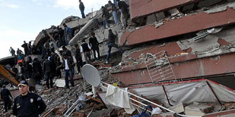 Van'daki deprem: Bayram yakalandı