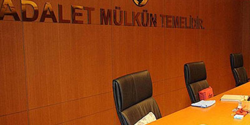 Türbanlı avukatın girdiği duruşma ertelendi