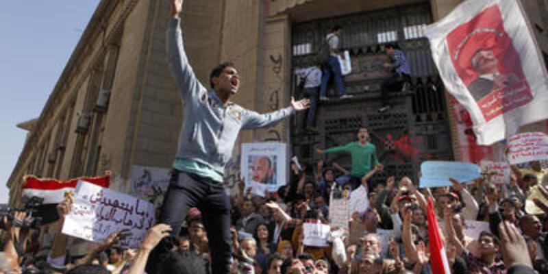 Mursi karşıtları yine sokağa indi!
