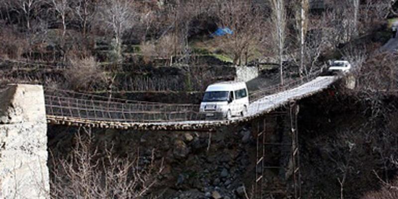 Evlerine ulaşmanın tek yolu asma köprü