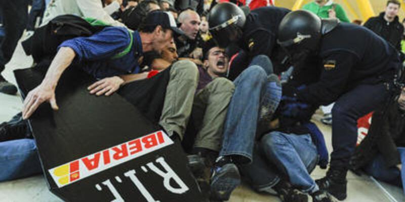 Grevdeki Iberia çalışanları polisle çatıştı
