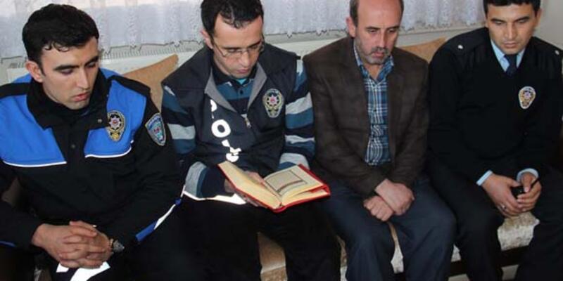 Sivas'ta polis taziyeye gidip Kuran okuyor