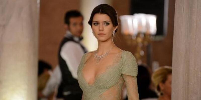 Beren Saat'ten tek gecelik elbise!