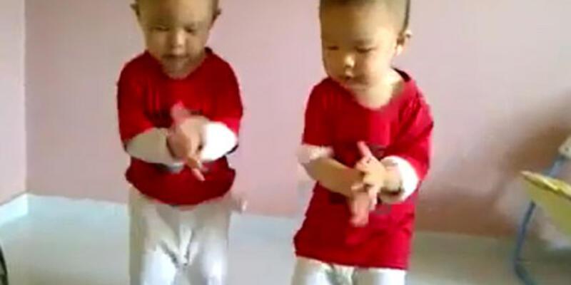 İkiz bebeklerden hayran bırakan Gangnam Style şov