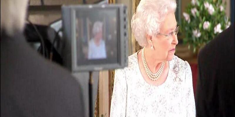 İngiltere Kraliçesi Elizabeth bu kez farklı