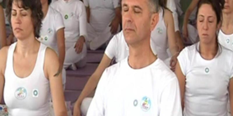 Üç yüz kişi yoga yaptı