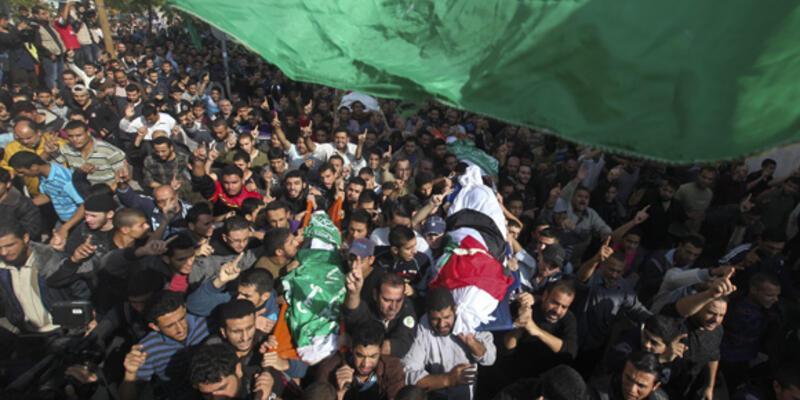 Cenazeleri bombardıman altında binlerce kişi uğurladı