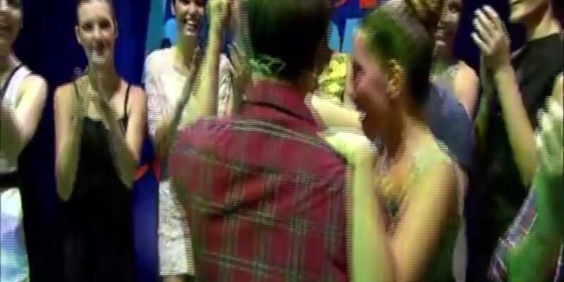 Önce kızlarla dans etti sonra eşine hesap verdi!