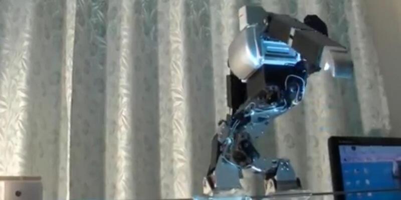 İp üstünde yürüyen robot!