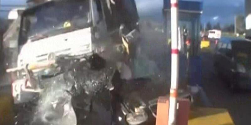 Gişelerde kamyon dehşeti kamerada!