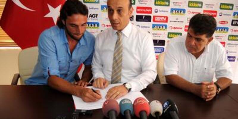 Hakan Arıkan Antalyaspor'a imza attı