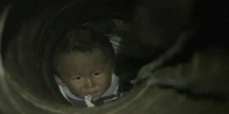 Kuyuya düşen bebek iPhone yardımıyla kurtarıldı
