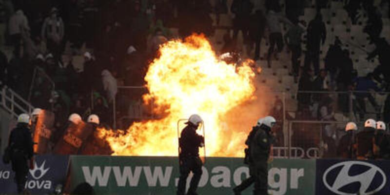Yunan seyirciler stadı ateşe verdi