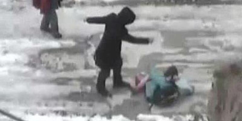 Çocuğa tekme tokatlı saldırı kamerada