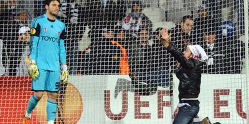 Cenk'i protesto eden seyirci sahaya atladı