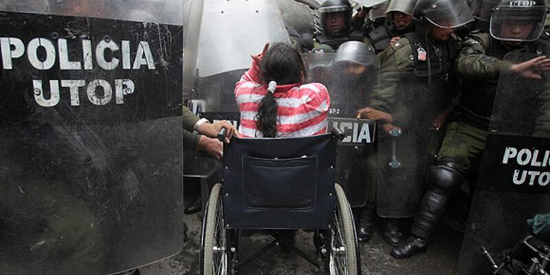 Ödenek isteyen engelliler polisle çatıştı
