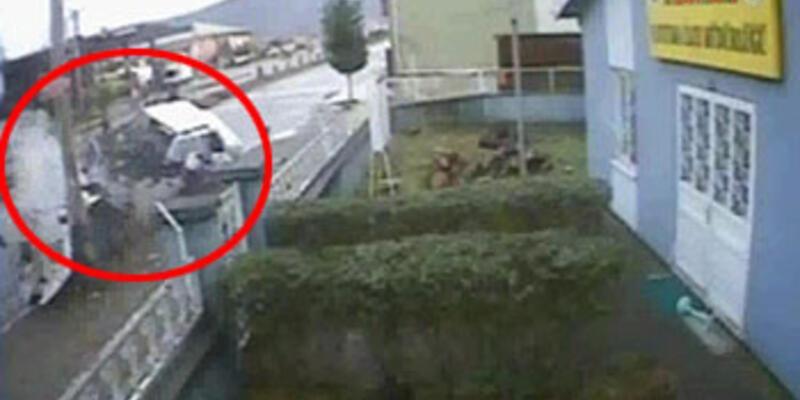 Otomobil ikiye bölündü, 3 kişi kurtuldu!